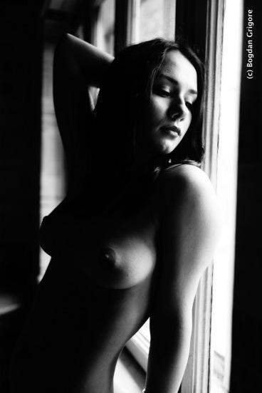 Bogdan Grigore - Nuduri artistice - Black and white - la fereastra